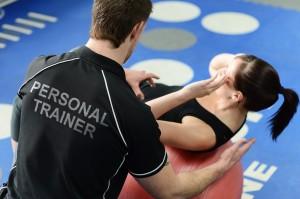 Personal trainer durante un esercizio